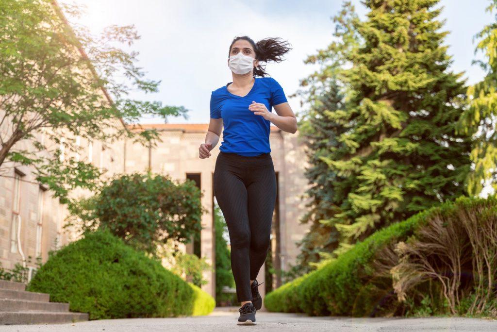 mulher correndo de máscara