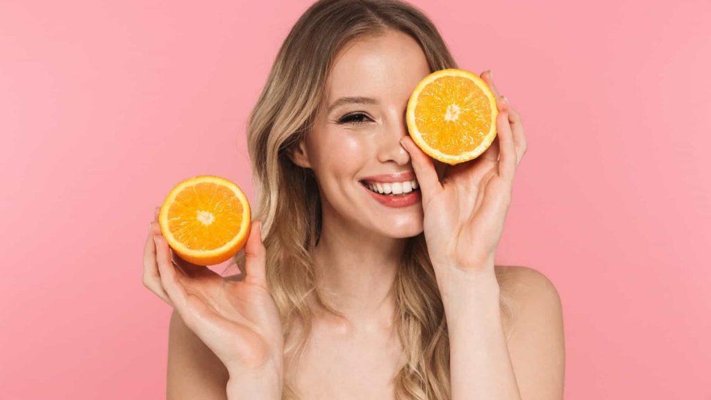 mulher comendo laranja
